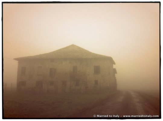 Emilan farmhouse in the fog