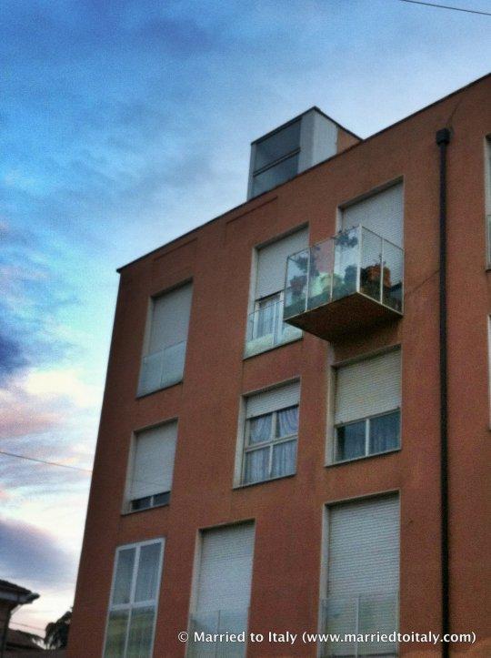fuori come un balcone - out like a balcony